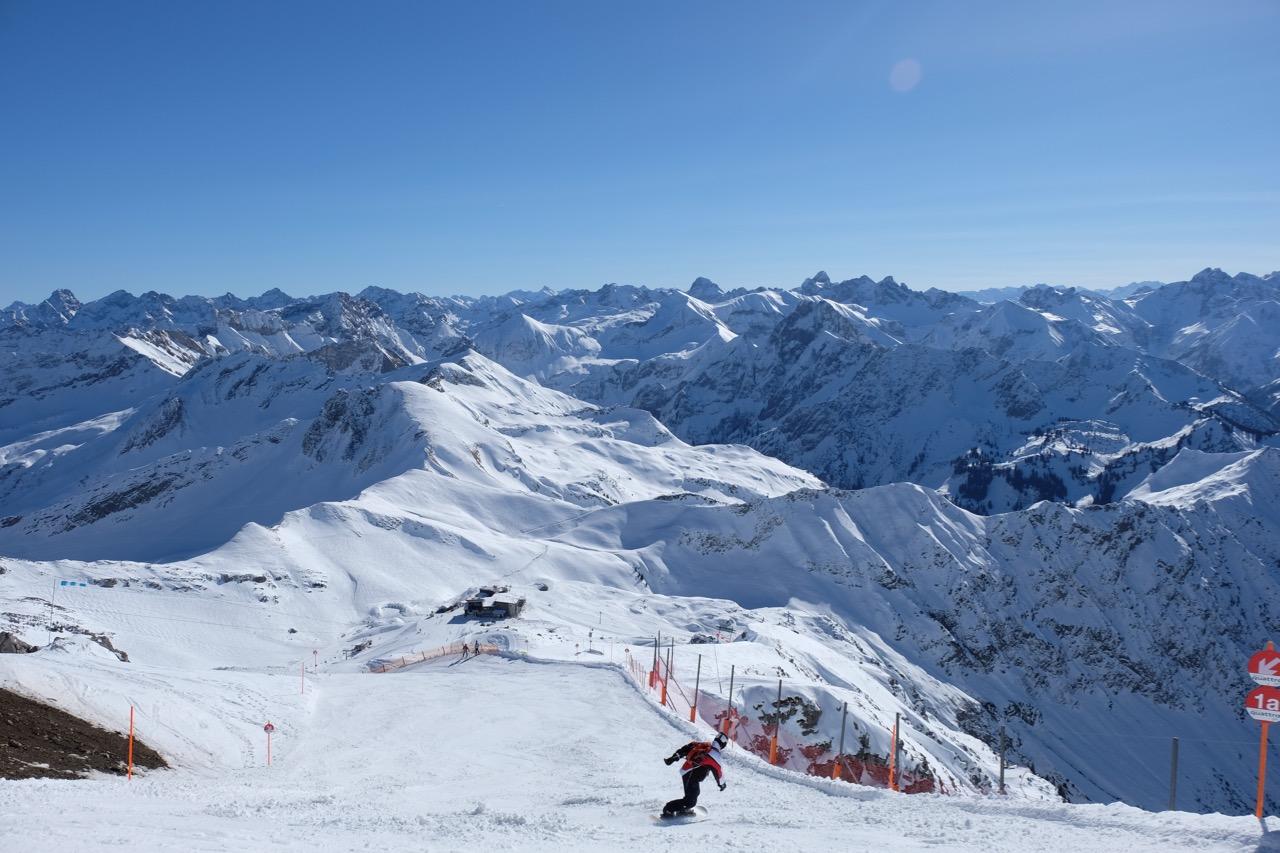 Skifahren: Snowboardfahrer auf dem Nebelhorn in Oberstdorf