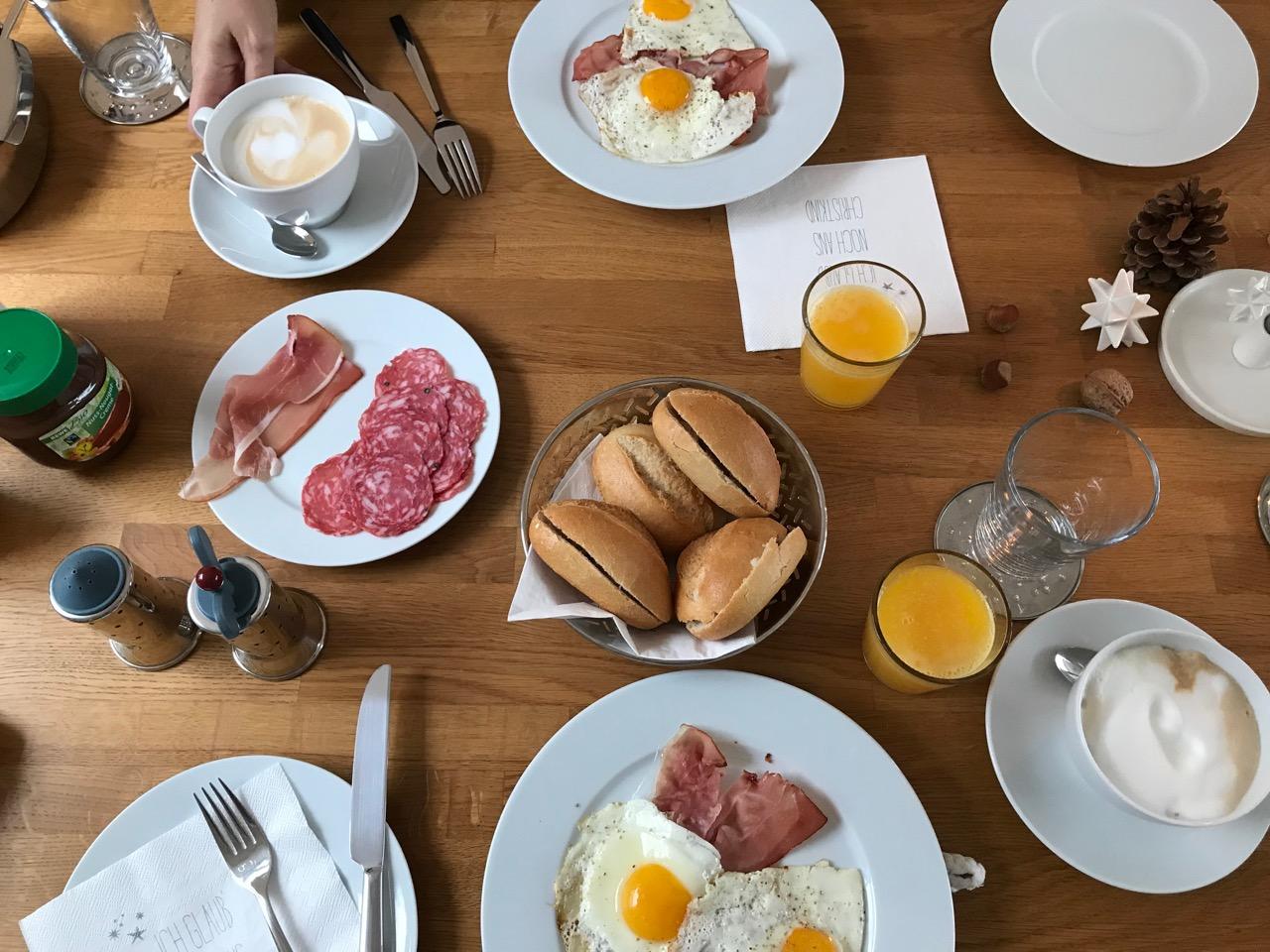 Frühstück: Reich gedeckter Tisch