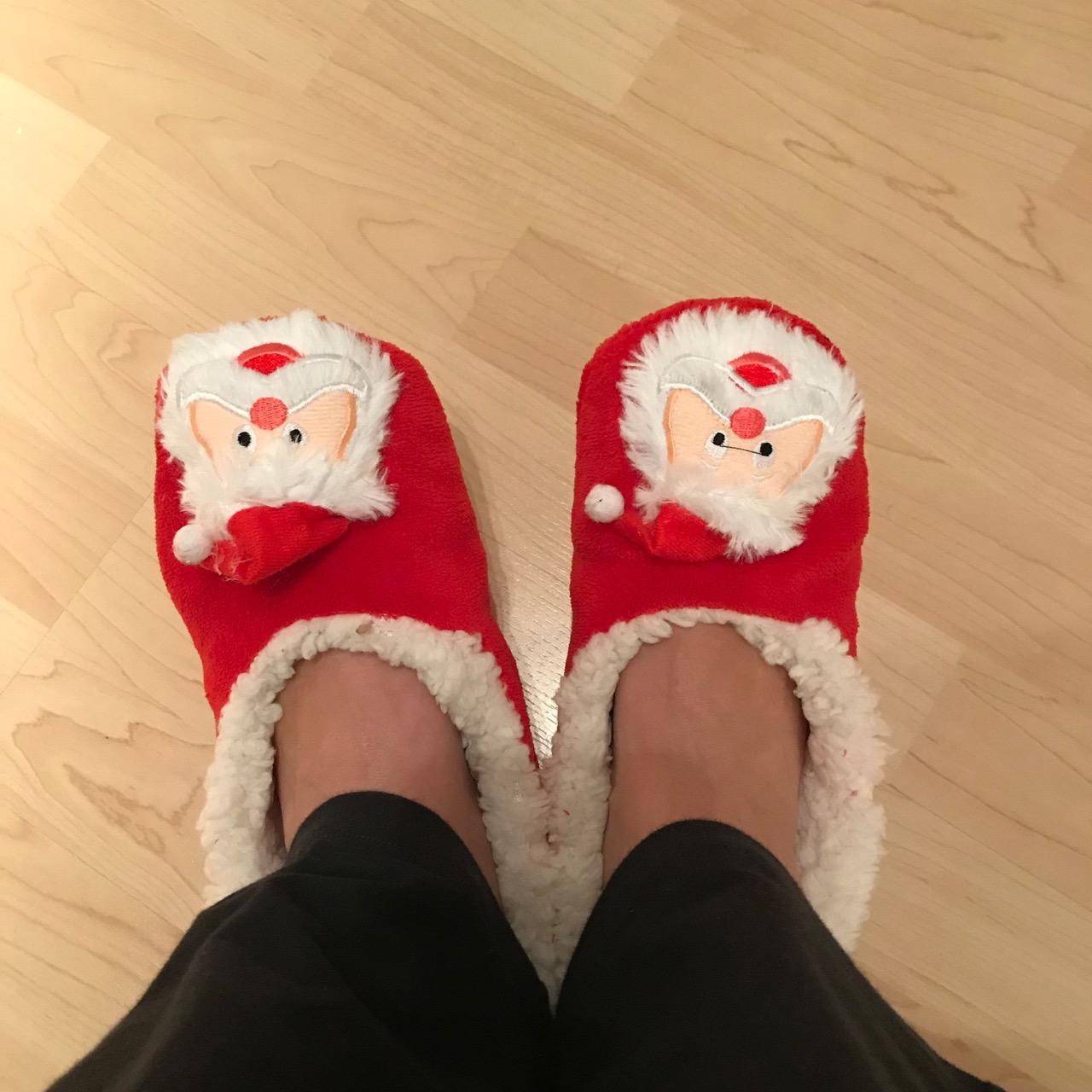 Weihnachten: Rote Hausschuhe mit Nikolausgesicht