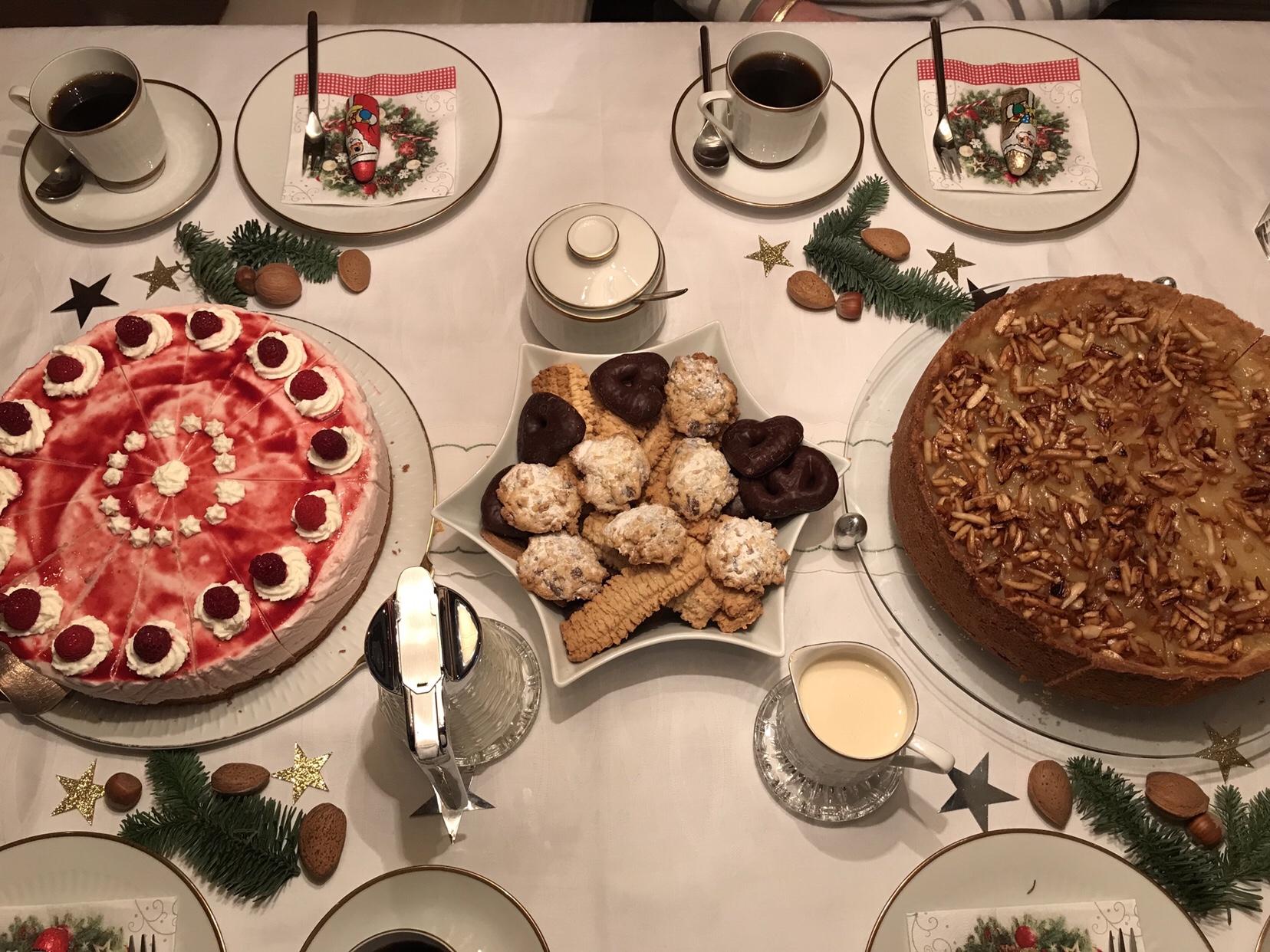 Geburtstag bei meinem Papa: Kaffeetafel mit Kuchen und Keksen