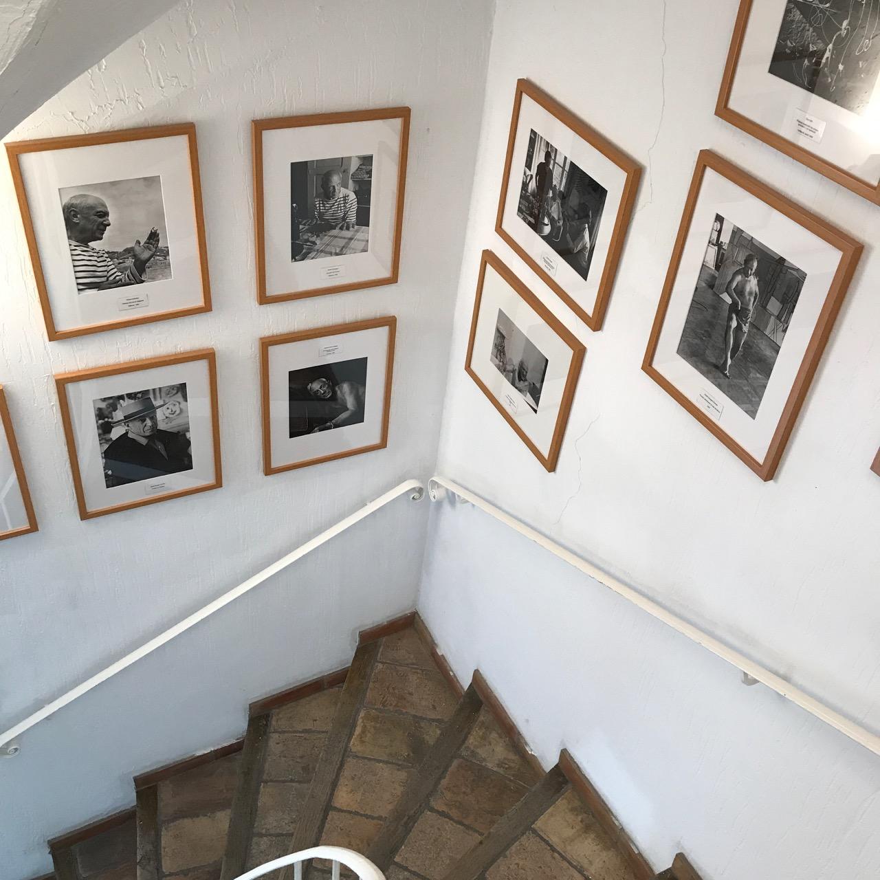 Museum Mougins: Treppe zum ersten Stock mit Fotos von Picasso