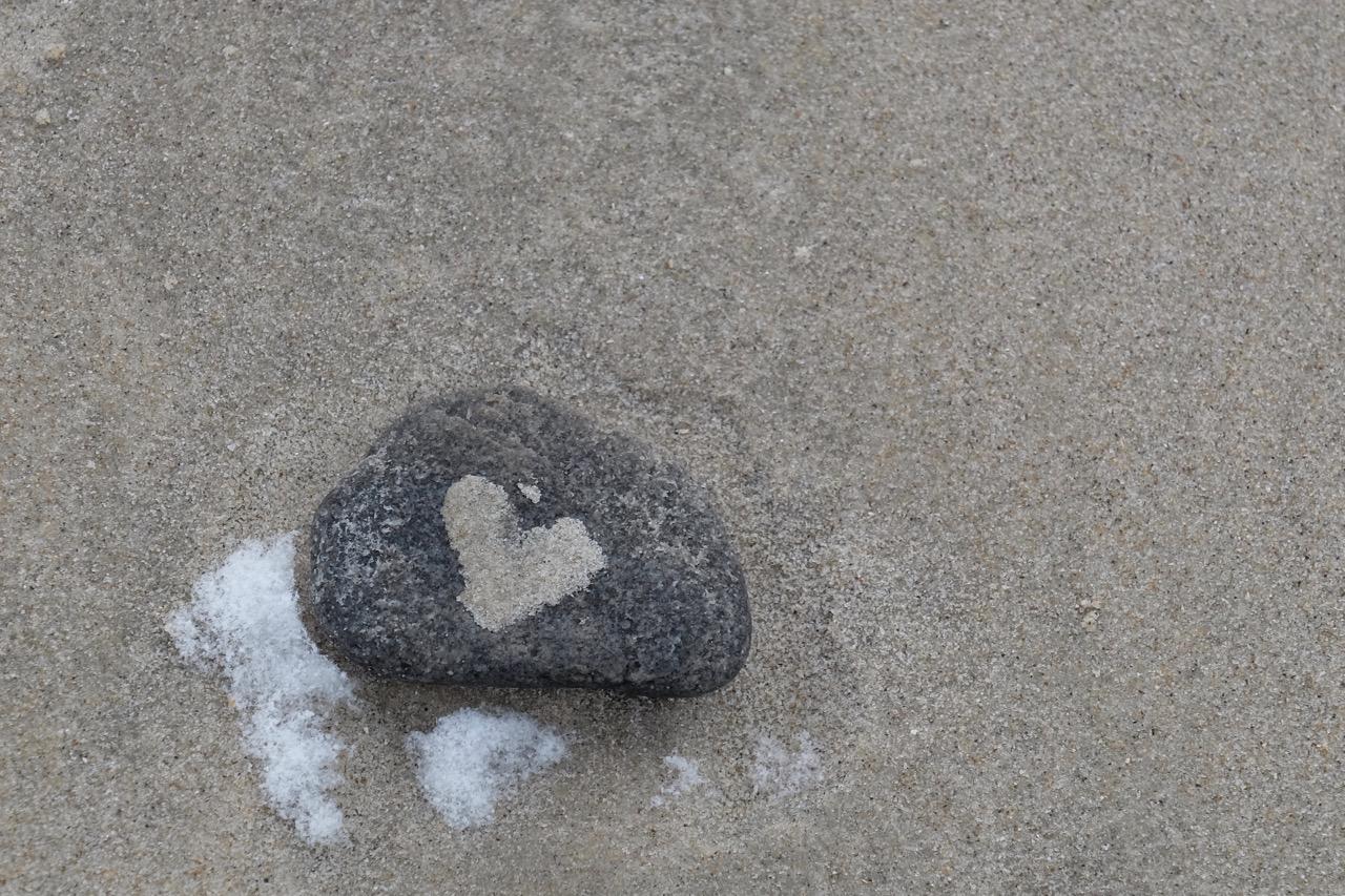 Norderney: Stein mit Herz aus Sand