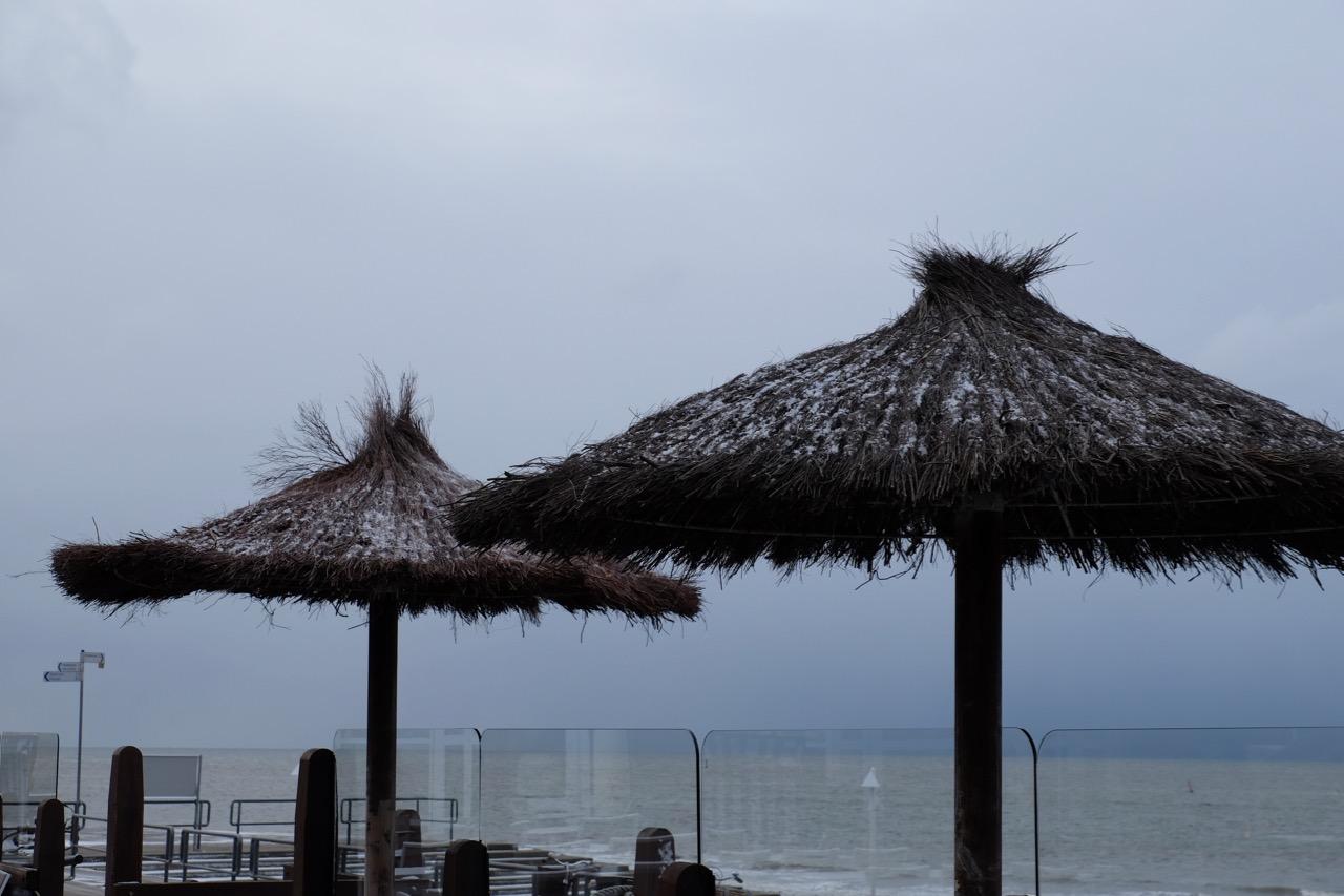 Norderney: Verschneite Sonnenschirme
