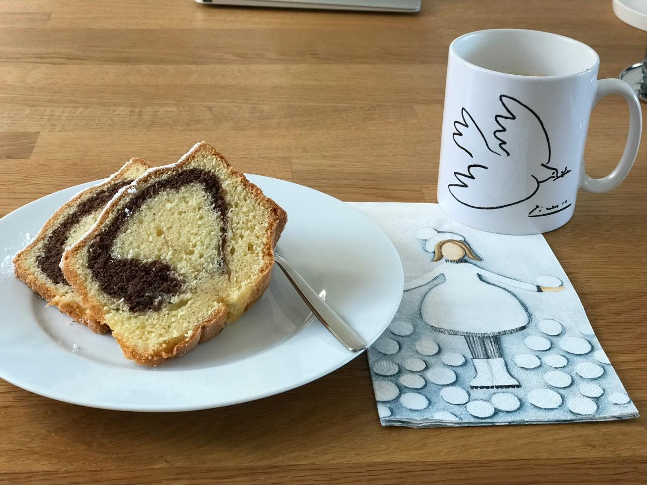 Marmorkuchen und Kaffee