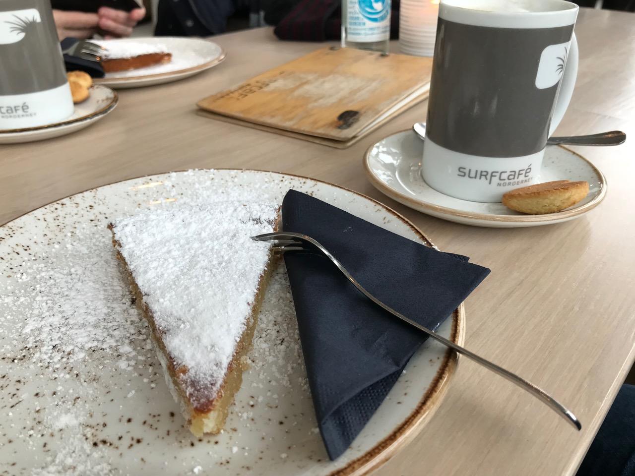 Norderney: Kaffee und Kuchen im Surfcafé