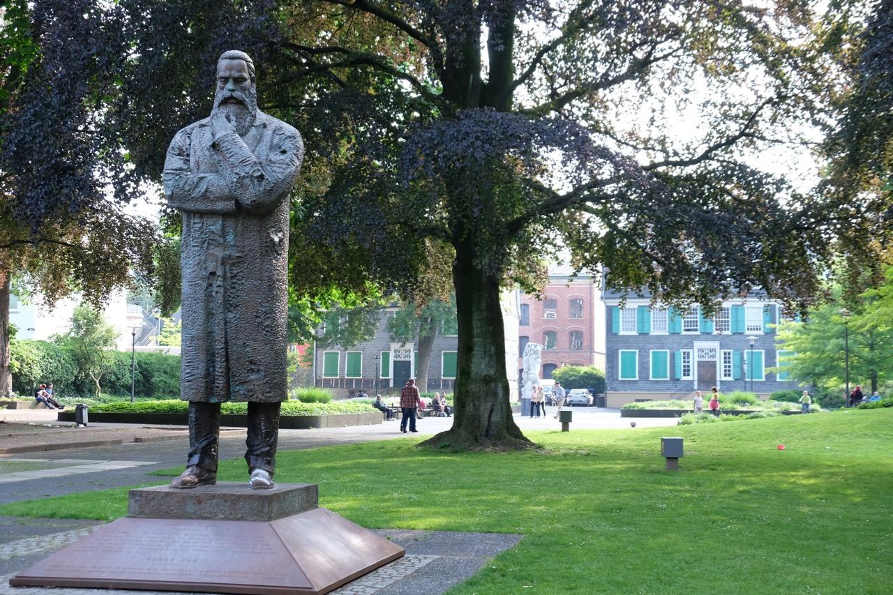 Wuppertal: Friedrich-Engels-Skulptur vor dem Engels-Haus