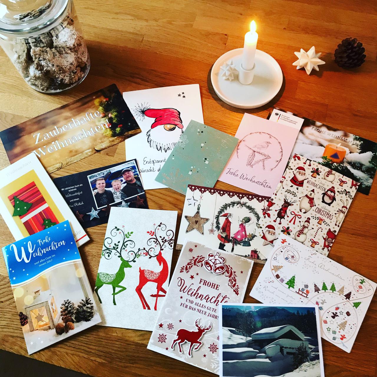 Weihnachtskarten auf dem Tisch