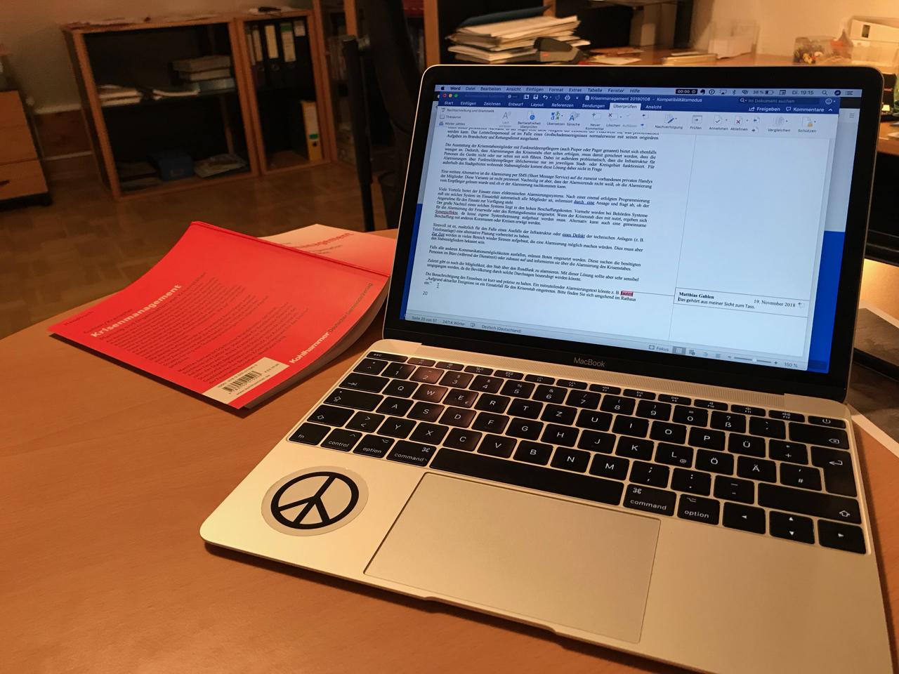 Buchprojekt: MacBook und Buch Krisenmanagement