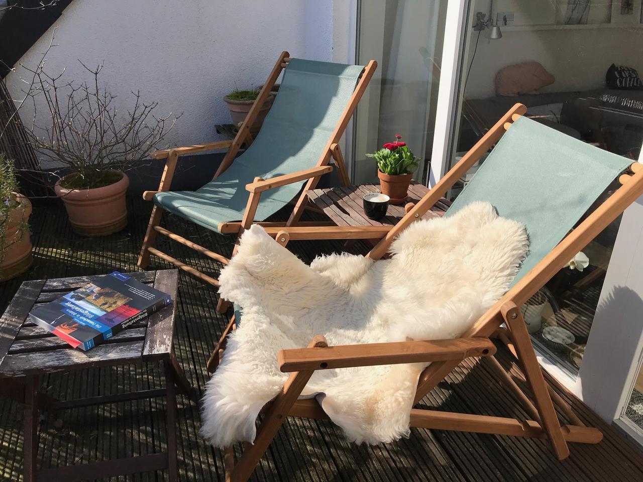 Neue Liegestühle mit kuscheligem Fell