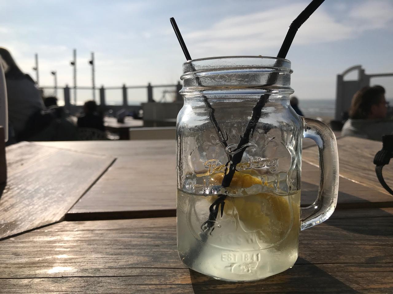 Noordwijk Strand: Kaltgetränk in der Strandbar