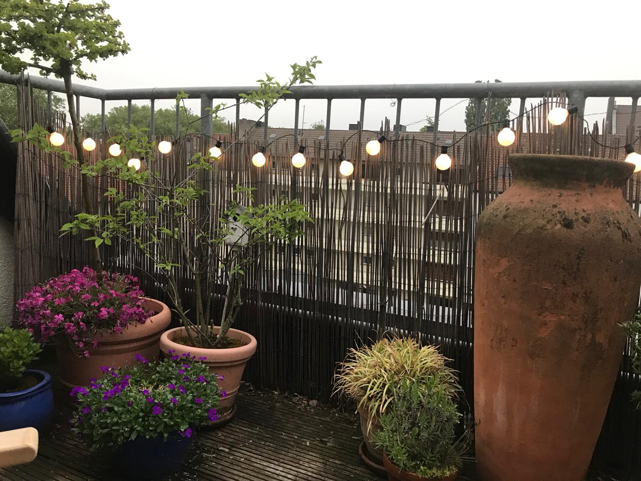 Lichterkette auf der Terrasse
