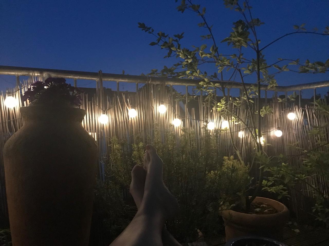 Terrasse am Abend: Lichterkette
