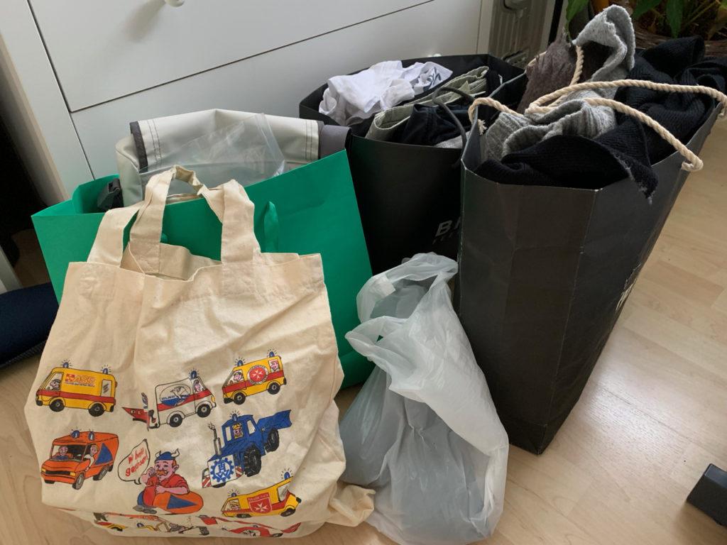 Ausmisten: Fünf Tüten voll mit Kleidung