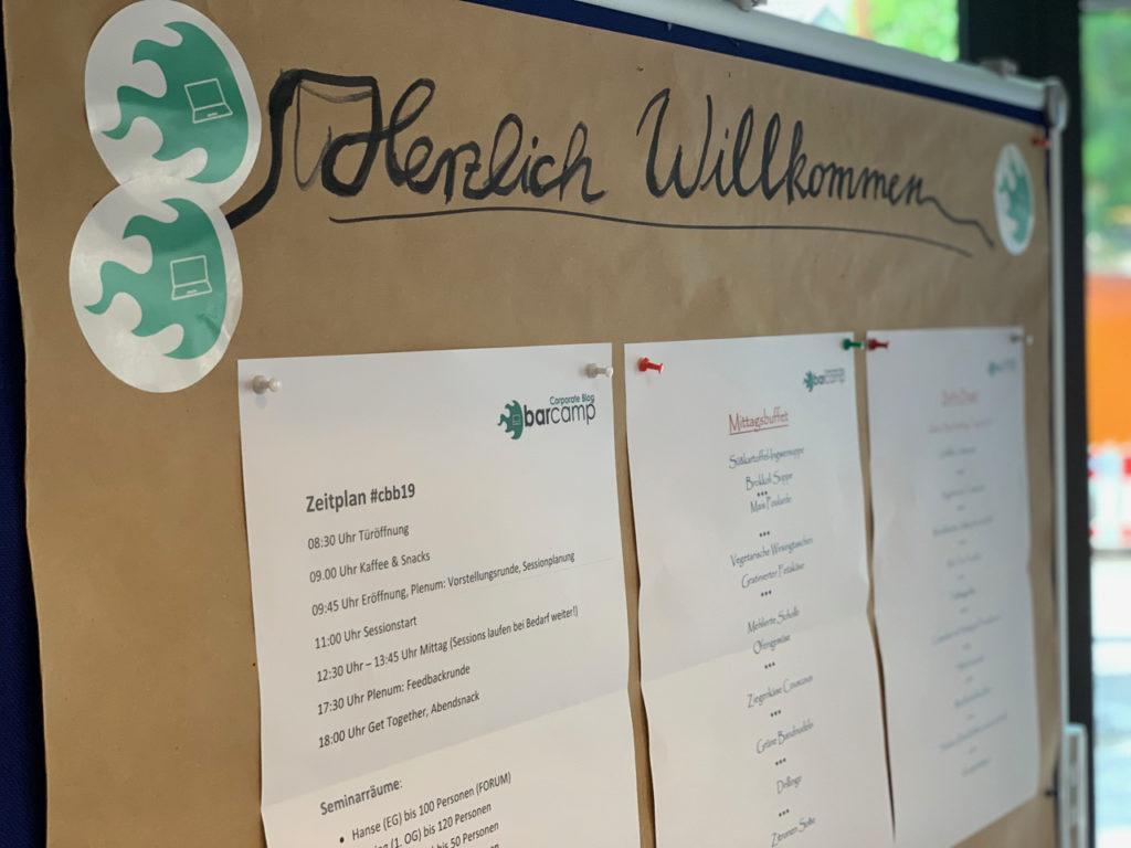 Corporate Blog Barcamp: Metaplanwand mit Herzlich willkommen