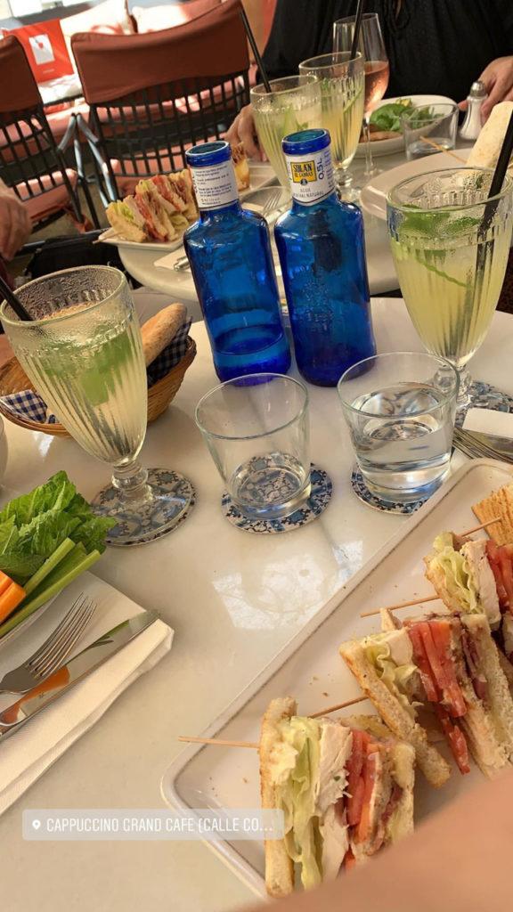 Café Cappuccino Palau March: Tisch voller Essen und Getränke