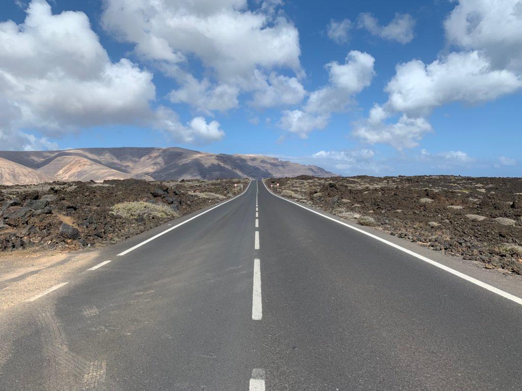 Lanzarote: Strasse vor den Feuerbergen