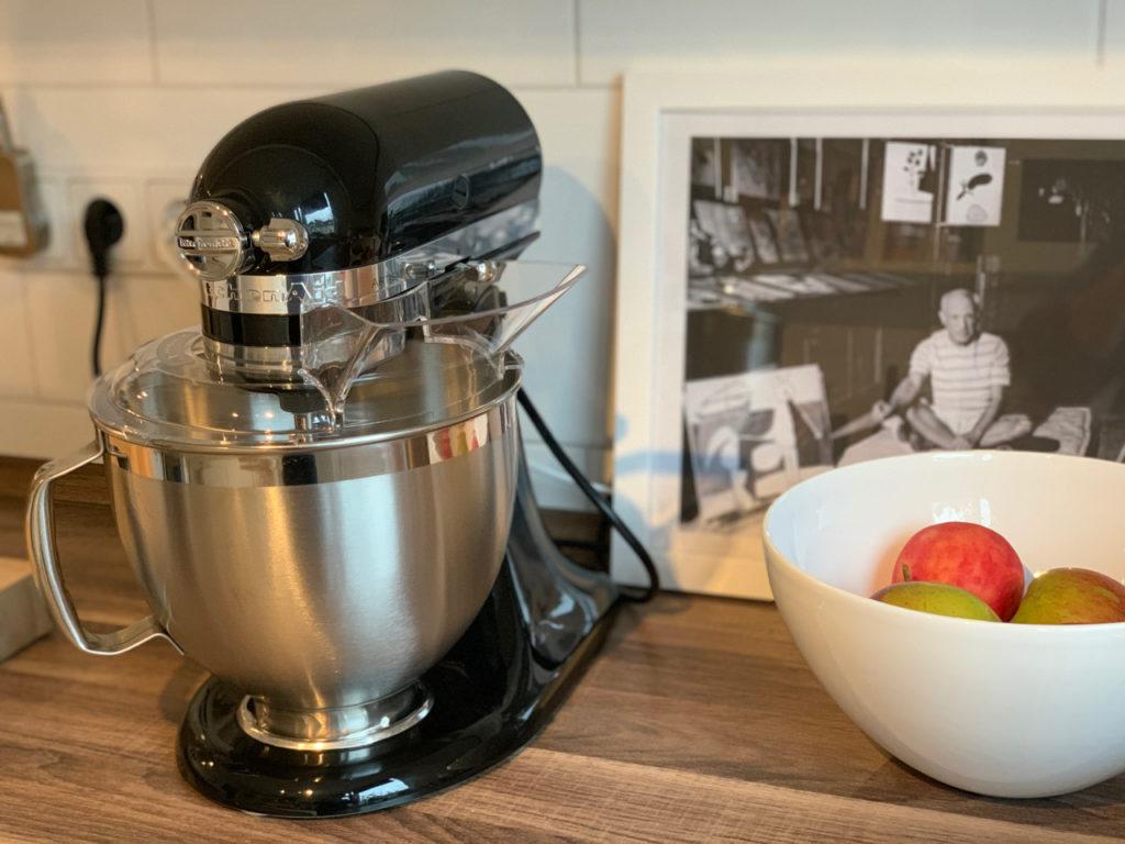 Küchenmaschine neben Obstschale