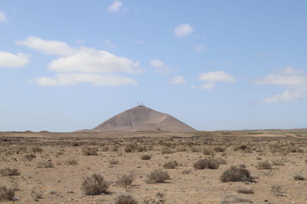 Lanzarote: Sandböden mit Vulkankrater im Hintergrund
