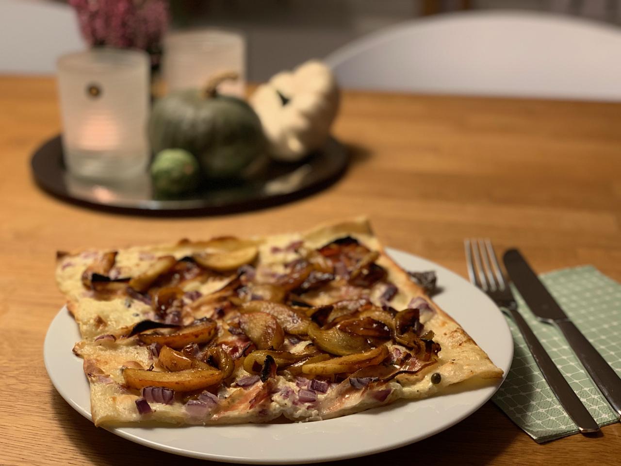 Flammkuchen mit Pancetta, Pfeffer und gebratenen Äpfeln