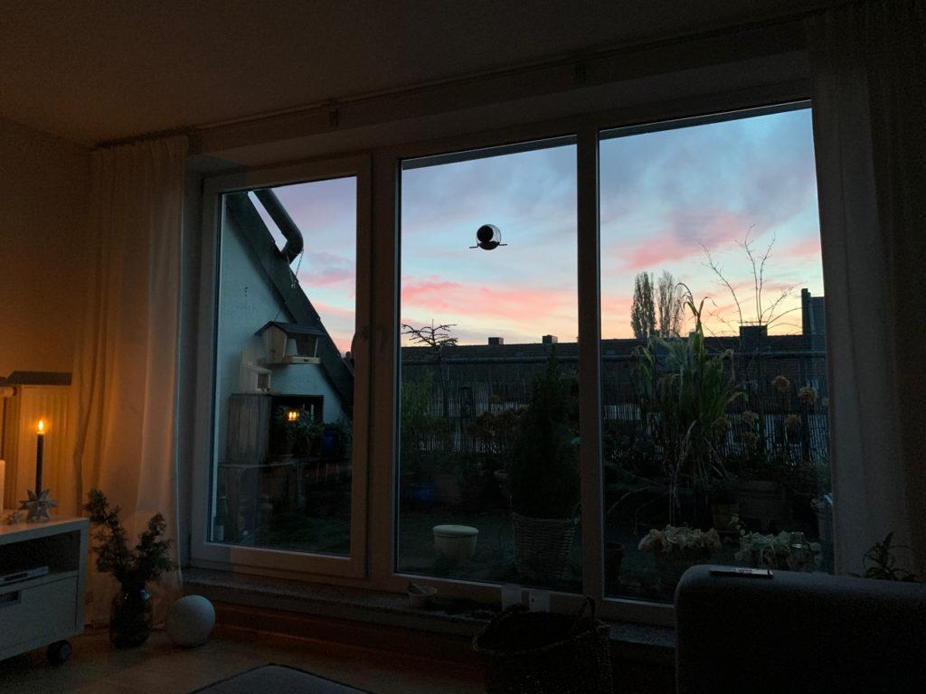 Auf den Sonnenaufgang warten: Hellblauer Himmel mit rosa Wolken