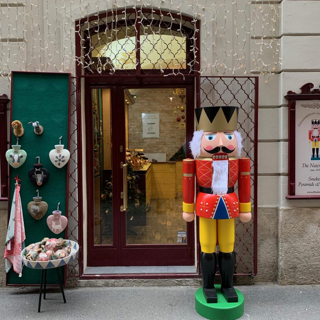 Schaufenster Wien zur Weihnachtszeit: Lebensgroßer Nussknacker