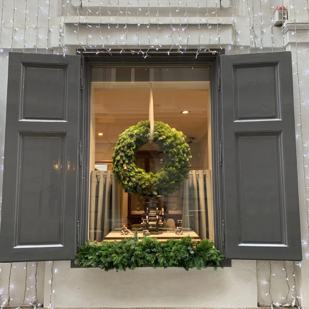 Schaufenster Wien zur Weihnachtszeit: Tannenkranz im Schmuckgeschäft mit grauen Fensterläden