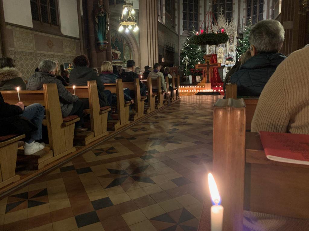Taizé-Gottesdienst: Kerze in der Kirche