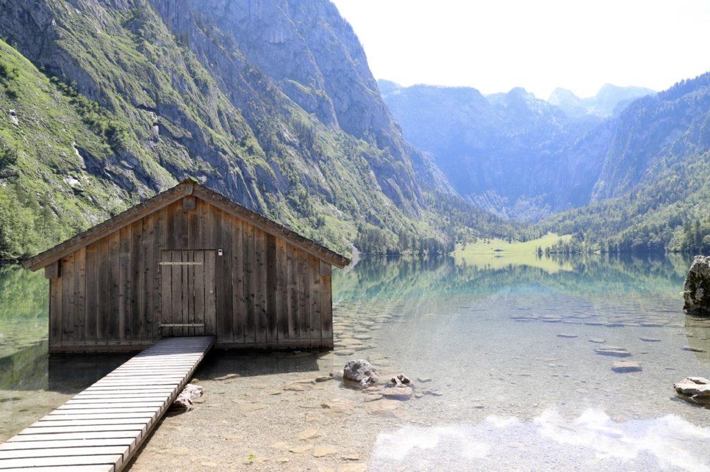 Obersee: Hütte mit Steg vor grünem See