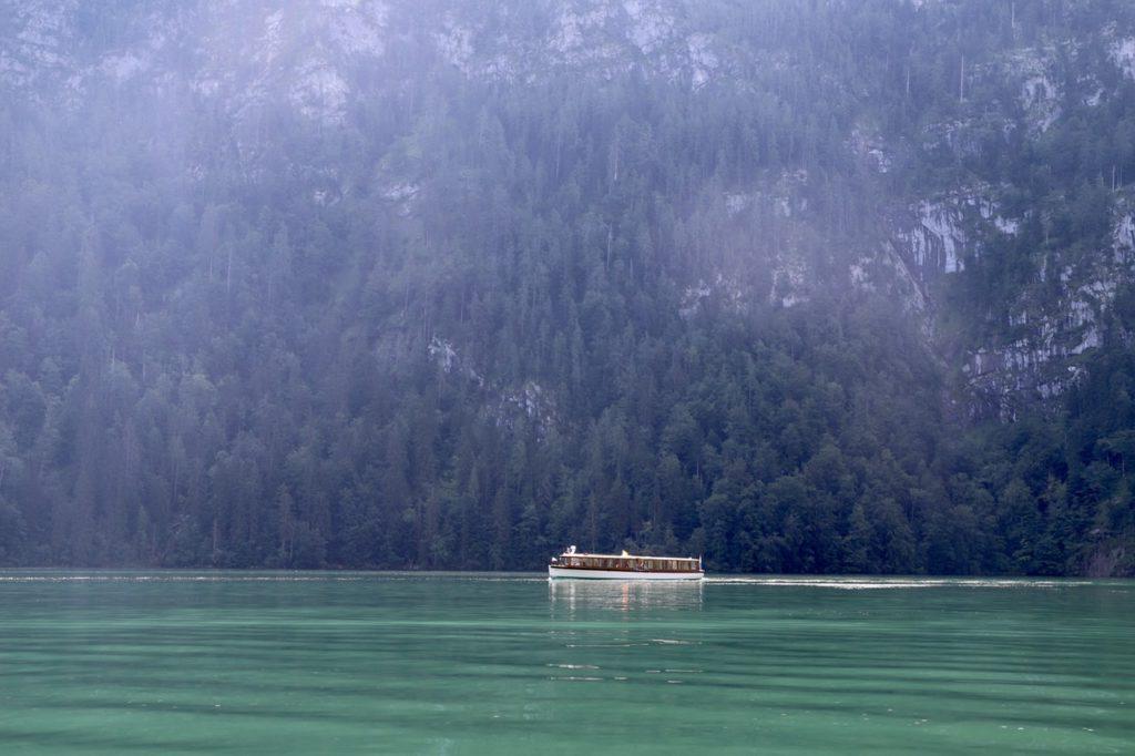 Königssee: Elektroboot vor Felswand