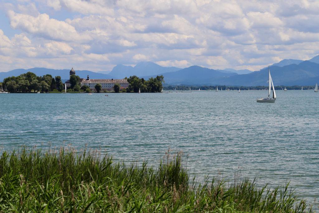 Chiemsee: Segelboot vor Herrenchiemseeinsel