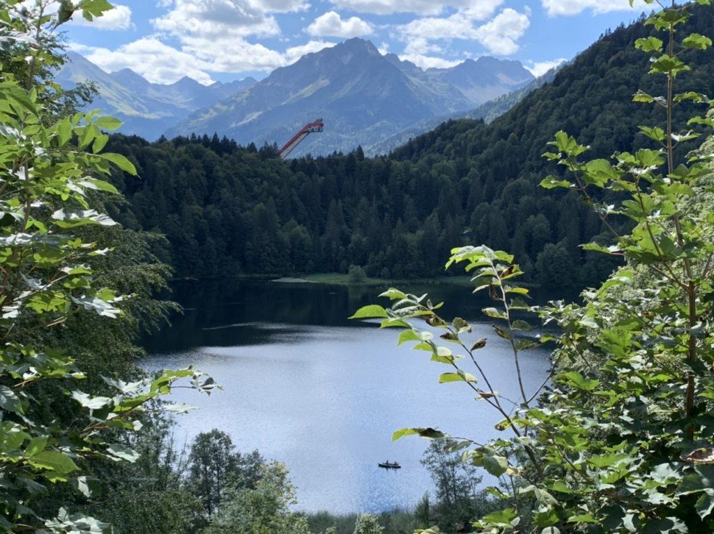 Oberstdorf: Freibergsee und Skiflugschanze im Hintergrund