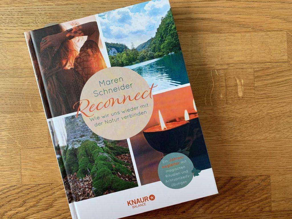 Buch auf Holztisch: Maren Schneider: Reconnect - Wie wir uns wieder mehr mit der Natur verbinden