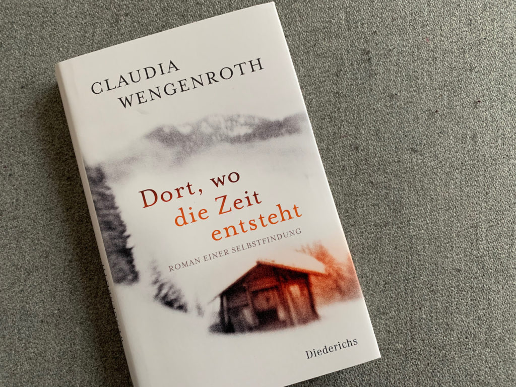 """Roman """"Dort, wo die Zeit entsteht"""", Buch liegt auf einem grauen Filzhocker"""