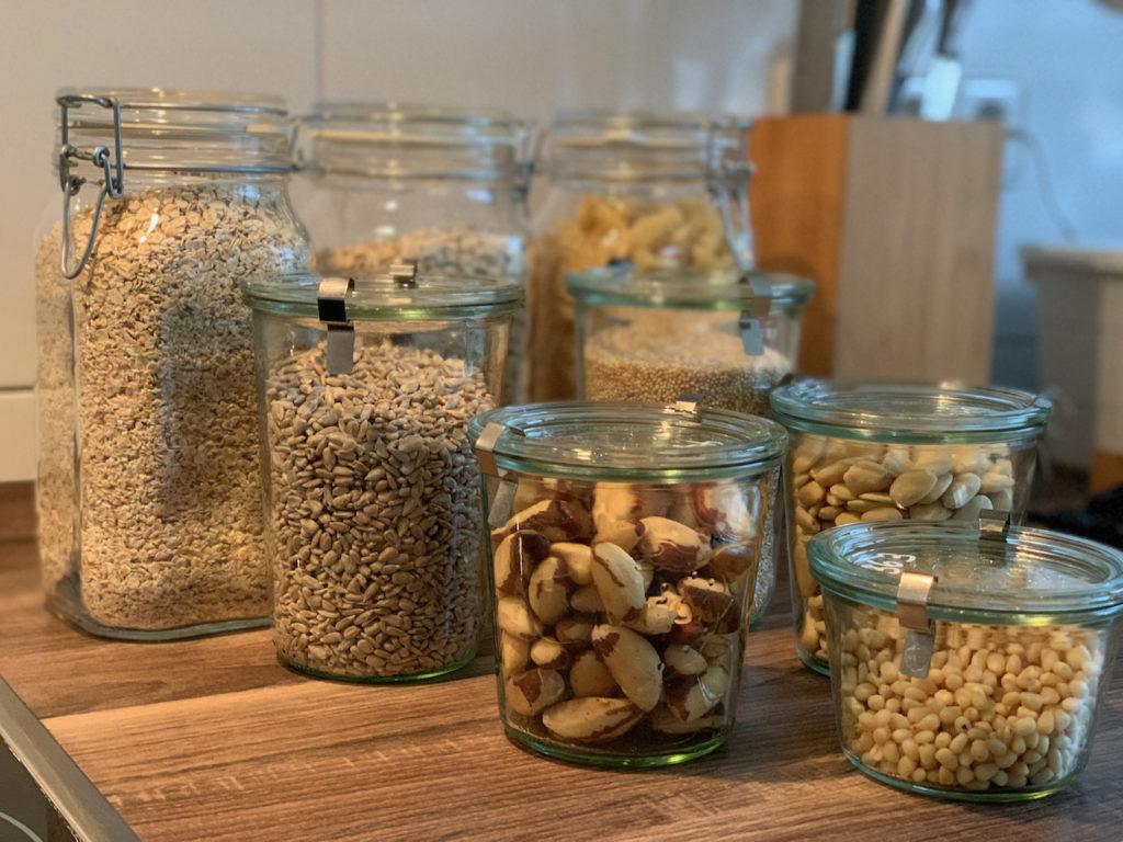8 Vorratsbehälter aus Glas mit Nüssen, Kernen, Haferflocken, Nudeln, etc.