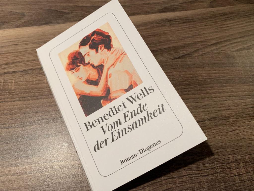 """Taschenbuch """"Vom Ende der Einsamkeit"""" auf dunkler Arbeitsplatte"""