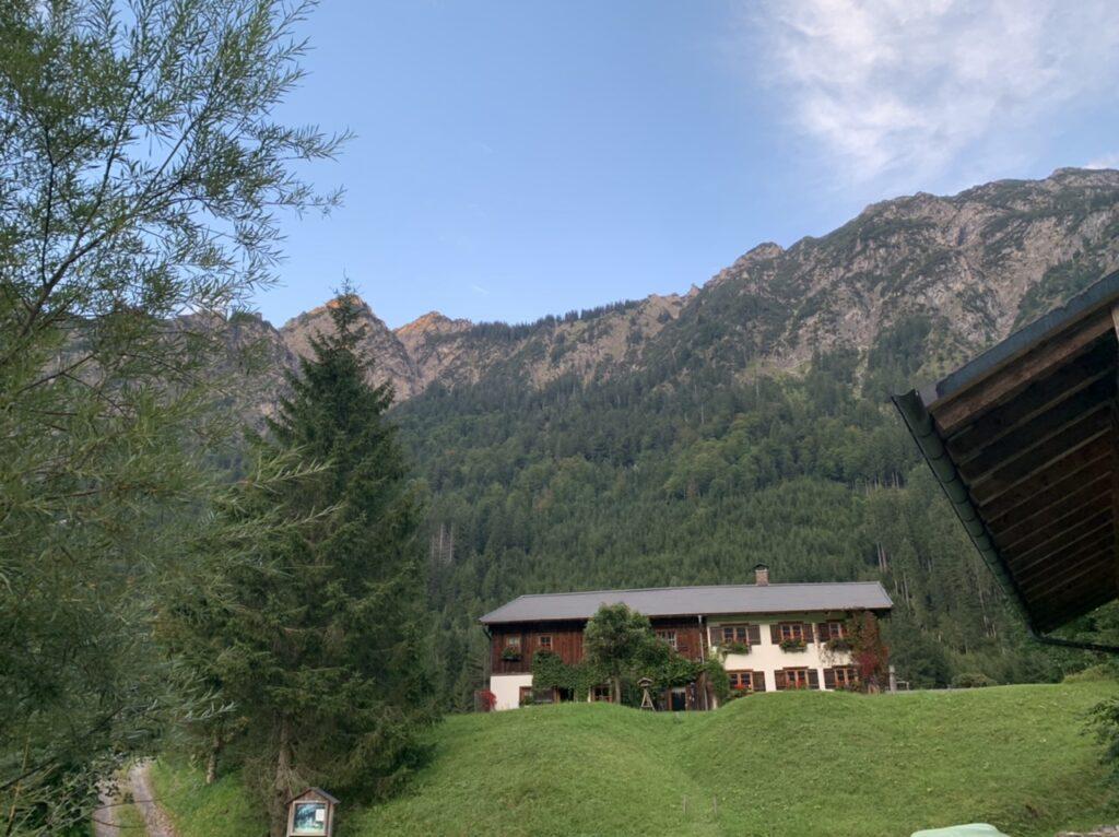 Haus Anatswald, Oberstdorf, vor Bergkulisse