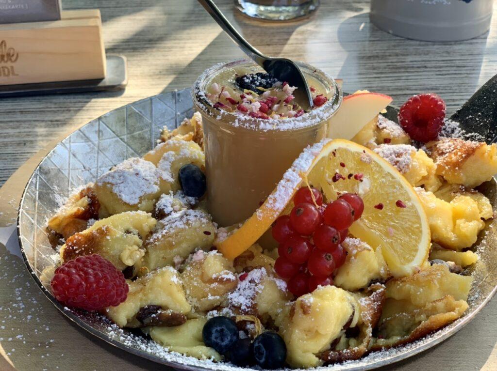 Kaiserschmarrn in der Ziegelbachhütte: Teller mit Kaiserschmarrn. einem Töpfchen Apfelmus und viel frischem Obst